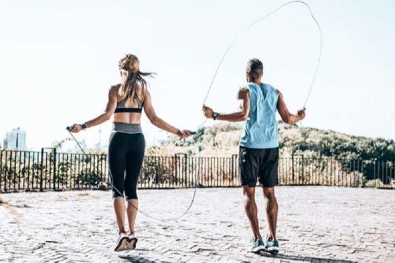 Sự vận động lên xuống của chân, tay cùng với sức bật của cơ thể trong mỗi nhịp nhảy dây giúp các bắp duỗi thẳng ra, tác động lên khung xương toàn cơ thể giúp tăng cường sự phát triển của sụn giúp tăng chiều cao, vóc dáng thon gọn.