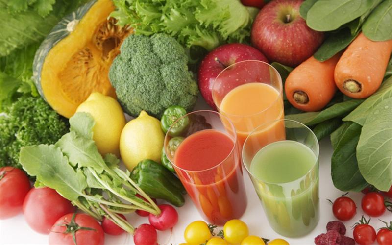 Rau xanh và trái cây chứ nhiều vitamin giúp phát triển xương và mô ở trẻ