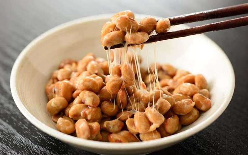dạng MK7 – dạng vượt trội nhất của vitamin K2 chỉ có trong một số thực phẩm lên men như đậu natto Nhật Bản, phô mai, bơ nguyên chất… đa số đều không phổ biến trong khẩu phần ăn của trẻ em Việt