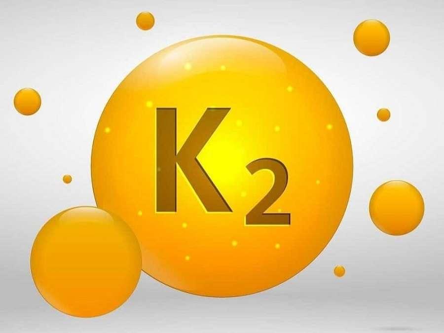 Vitamin K2 là một phần của vitamin K , đây là loại vitamin tan trong chất béo có khả năng giúp cơ thể hấp thụ canxi tốt hơn