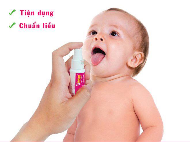 Trẻ thích thú hợp tác bổ sung vitamin D3 và K2 dạng xịt