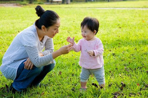 Cha mẹ nên hướng dẫn trẻ tham gia hoạt động vui chơi ngoài trời
